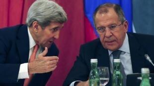 Waziri wa mambo ya nje wa Marekani John Kerry (kushoto) akizungumza na mwenzake wa Urusi Sergey Lavrov katika mkutano wa Vienna, Austria, October 30, 2015.