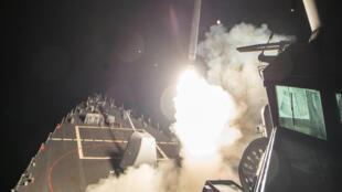 """Mísseis """"Tomahawk"""" lançados desde o navio USS Ross no Mar Mediterrâneo, a 7 de Abril de 2017 (imagem US. Navy)."""