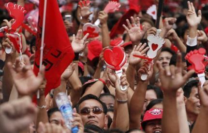 Cựu Thủ tướng Thái Lan bị truy tố ngày 28/10/2013 về tội đàn áp đẫm máu các cuộc biểu tình của phe Áo Đỏ tại Bangkok vào năm 2010, như trong ảnh trên đây, chụp ngày 19/11/2010.