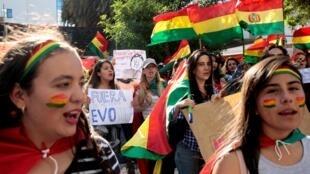 Populares em La Paz, contestando vitória de Evo Morales, forçado a convocar novas eleições presidenciais