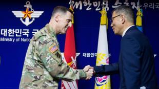Ảnh minh họa : Thứ trưởng Quốc phòng Hàn Quốc Yoo Jeh Seung (P) và tướng Thomas Vandal, tư lệnh lục quân Mỹ tại Hàn Quốc trong buổi họp báo về triển khai THAAD ngày 08/07/2016.