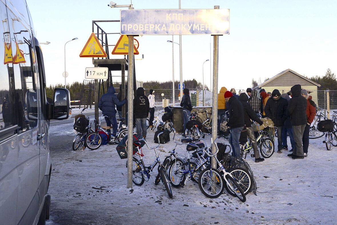 Мигранты пересекли русско-норвежскую границу на велосипедах, так как российское законодательство запрещает пересечение границы пешком.