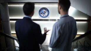 دو تن در مقر «ادارۀ کل اطلاعات خارجی - دِ.ژِ.اس.اُ»، مهمترین سرویس جاسوسی و ضد جاسوسی فرانسه