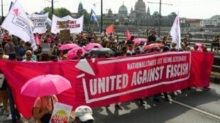 Les manifestants défilent sous le slogan «#unteilbar» (#indivisible) contre la discrimination, le racisme, le sexisme et le nationalisme à Dresde, le 24 août 2019.