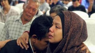 Familiares dos passageiros do voo  MH370 da Malaysia Airlines em hotel em Putrajaya na Malásia.