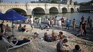 « Paris Plages » près du Pont-Neuf, le 20 juillet 2013.