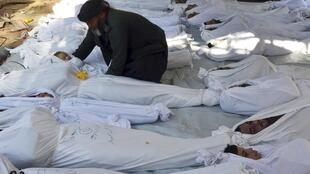 Vítimas do ataque com armas químicas na região de Goutha, perto de Damasco.