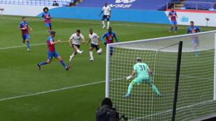 Sergio Agüero chuta para marcar el primer gol del Manchester City al Crystal Palace durante el partido liguero disputado el 1 de mayo de 2021 en el estadio de Selhurst Park, al sur de Londres