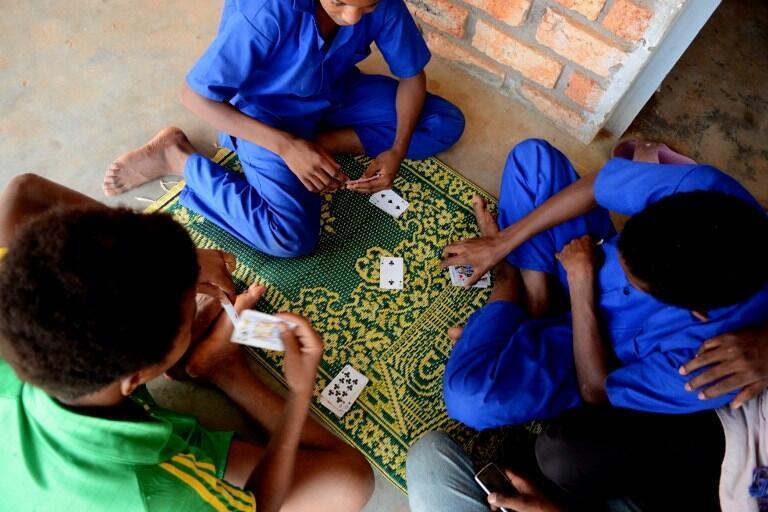 Des enfants jouant aux cartes à l'ONG COOPI, à Bangui, le 22 juillet 2013.