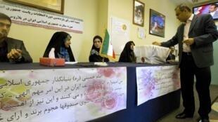 Raia wa Iran akipiga kura