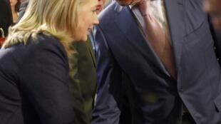 A secretária de Estado dos EUA, Hillary Clinton (à esq.) e o chanceler russo, Sergei Lavrov (à dir.) interpretaram o texto de forma diferente.
