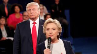 Hillary Clinton e Donald Trump, durante debate presidencial no Missouri, EUA, em 9 de outubro de 2016.