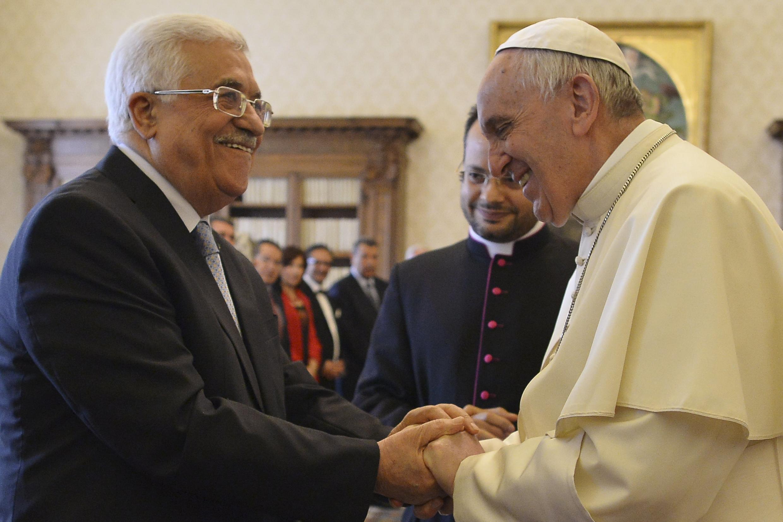Encontro caloroso entre o presidente palestino, Mahmoud Abbas, e o papa Francisco, na manhã deste sábado no Vaticano.