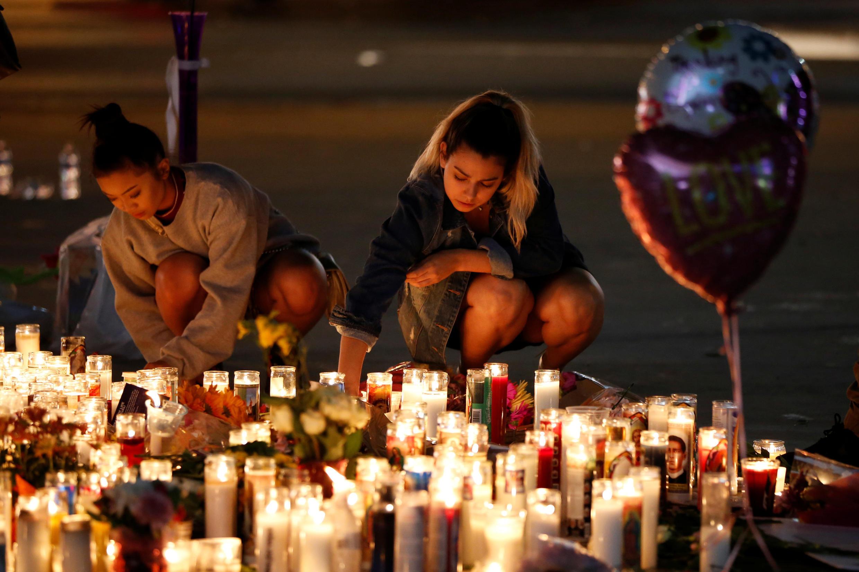 Thảm nến tưởng niệm nạn nhân vụ nổ súng ở Las Vegas, Hoa Kỳ, đêm ngày 01/10/2017.