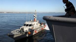 Un bateau des garde-côtes espagnols accompagne une vedette française dans le cadre d'une opération organisée par Frontex, près du port d'Almeria en octobre 2009.