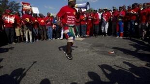 Des membres de la Nation Union of Metalworkers of South Africa (Numsa) en grève à Durban, le 23 août 2013.