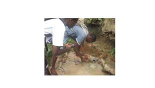 Atelier scientifique où de jeunes Camerounais sont initiés à l'étude d'une zone humide proche de la capitale, Yaoundé.
