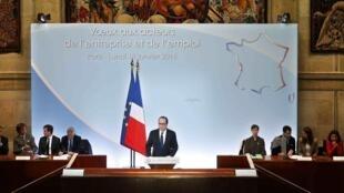 Le président François Hollande présente son plan d'urgence contre le chômage, ce lundi 18 janvier 2016 à Paris.