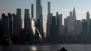 La skyline dans le centre de Manhattan vue du fleuve Hudson en début de matinée à New York,  le 26 novembre 2019.