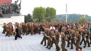 Binh sĩ Bắc Triều Tiên đặt hoa tại tượng Kim Nhật Thành và Kim Jong Il, nhân 73 năm ngày thành lập đảng Lao Động Bắc Triều Tiên. Ảnh KCNA cung cấp ngày 11/10/2018.