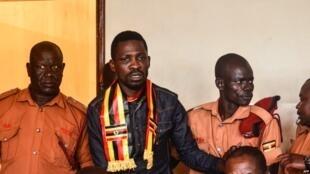 Mwanasiasa wa upinzani nchini Uganda Robert Kyagulanyi, anayefahamika kwa jina la Bobi Wine,akifikishwa mbele ya Mahakama ya Wilaya ya Gulu kaskazini mwa Uganda Agosti 23, 2018.