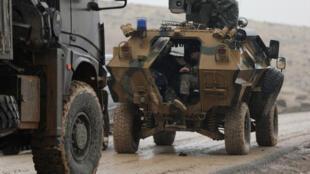 """خودروهای نظامی ترکیه، در نزدیکی """"عفرین"""" که توسط """"یگانهای مدافع خلق"""" متشکل از کردهای سوریه، کنترل میشود.  ٣ بهمن/  ٢٣ ژانویه  ٢٠۱٨."""