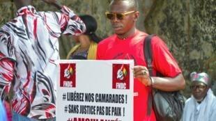 Un manifestant devant le tribunal de Conakry, le 18 octobre 2019.