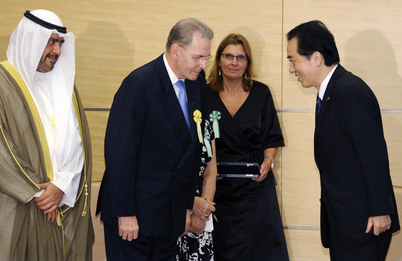 Jacques Rogge (e), presidente do COI, durante encontro com o primeiro-ministro japonês Naoto Kan (d).