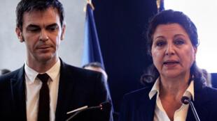 L'ex-ministre de la Santé, Agnès Buzyn (à dr.) et son successeur, Olivier Véran, lors de la passation de pouvoir, le 17 février 2020.