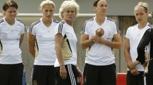 Les joueuses allemandes et leur entraîneuse, Silvia Neid (au centre).