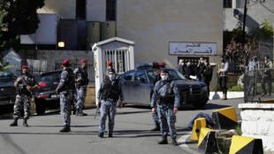 Des policiers libanais montent la garde devant le centre de détention de Baabda où près de 70 détenus se sont évadés, le samedi 21 novembre 2020.