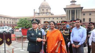 Bộ trưởng Quốc Phòng Trung Quốc Ngụy Phượng Hòa (T) và đồng nhiệm Ấn Độ, bà Nirmala Sitharaman tại New Delhi, ngày 23/08/2018.