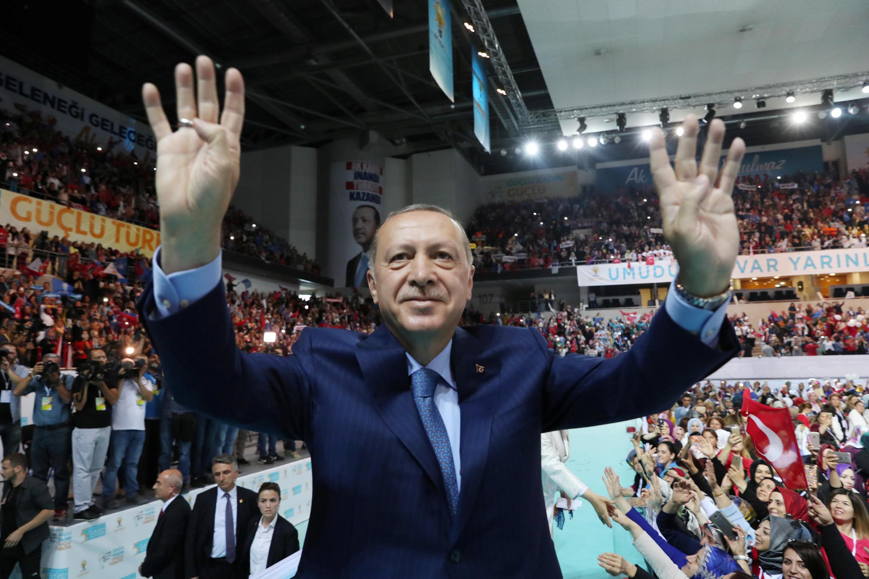 Сам Эрдоган допоследнего времени являлся активным пользователем Apple—фотографы неоднократно снимали президента спланшетом илисмартфоном вруках