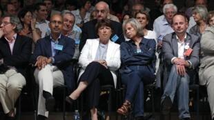 De g. à d. : Le député européen Harlem Désir, la première secrétaire du PS, Martine Aubry et Elisabeth Guigou, à Paris, le 3 juillet 2010.