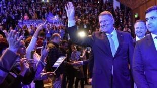 Le président roumain Klaus Iohannis salue la foule venue assister à l'assemblée électorale au palais des sports de Braila (sud-est de la Roumanie), le 6 novembre 2019.