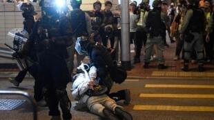 2019年12月1日,香港防爆警察在街头拘捕示威者。