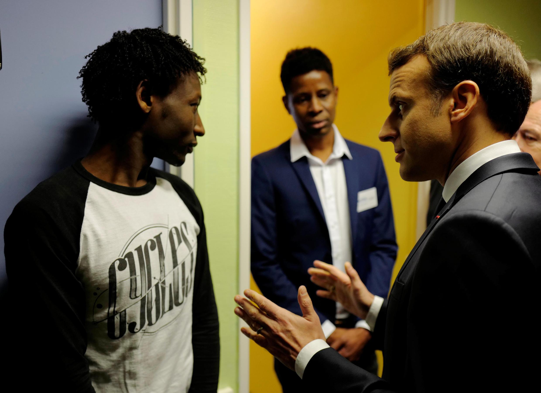 Emmanuel Macron discute avec un Soudanais dans le centre de Croisilles à côté de Calais.