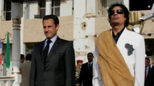 Nicolas Sarkozy and Moamer Kadhafi in Tripoli in 2007