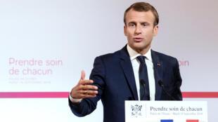 «Prendre soin de chacun» peut-on lire sur le décor derrière le président Macron qui a présenté ce mardi 18 septembre le plan Santé du gouvernement.