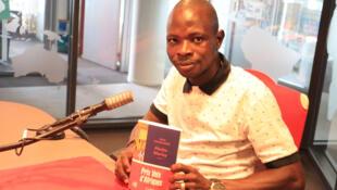 Le jeune écrivain Yaya Diomandé avec son roman « Abobo Marley » à RFI.