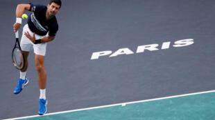 Le Serbe Novak Djokovic, lors de son quart de finale contre le Grec Stefanos Tsitsipas au Masters 1000 de Paris-Bercy.