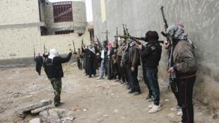 Добровольцы суннитских племенных групп патрулируют улицы Фаллуджи после призыва правительства к населению самостоятельно изгнать Аль-Каиду из города. Фаллуджа 05/01/2014