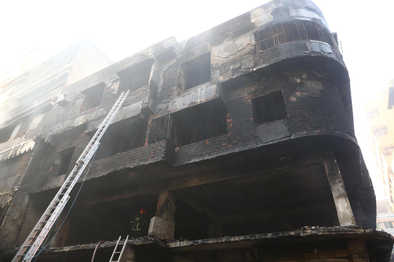 Incêndio deixa mais de 60 mortos na capital de Bangladesh