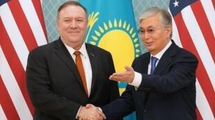 Tổng thống Kazakhstan, Kassym-Jomart Tokayev (phải) tiếp ngoại trưởng Mỹ Mike Pompeo tại phủ tổng thống. Ảnh ngày 02/02/2020.
