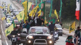 Partidário do Hezbollah festejam vitória do movimento, antes mesmo do final da apuração.