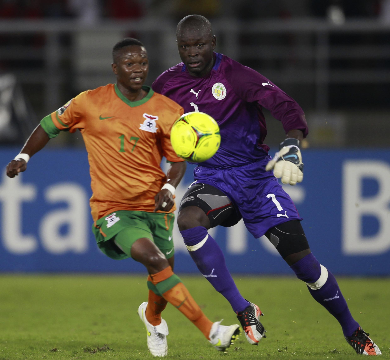 Rainford Kalaba (g) est le deuxième buteur pour la Zambie face au sénégal, le 21 janvier 2012.