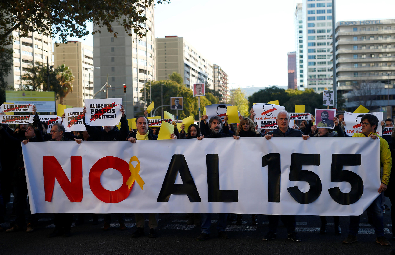 Манифестанты в Барселоне с требованием выпустить арестованных политиков, 4 декабря 2017.