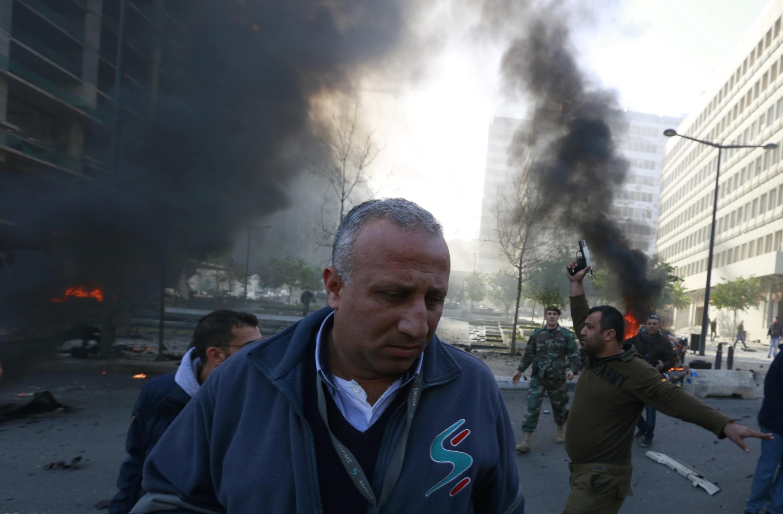 Un membre des services de sécurité tire des coups de feu en l'air, à proximité du lieu de l'attentat ayant tué Mohammad Chatah, ce vendredi 27 décembre à Beyrouth.