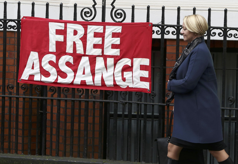 A promotora sueca Ingrid Isgren deixa a embaixada do Equador em Londres em 15 de novembro de 2016.