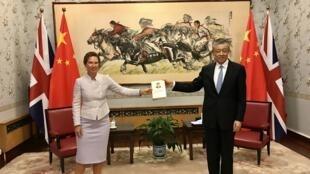 英國新任駐華大使吳若蘭與中國駐英大使劉曉明資料圖片